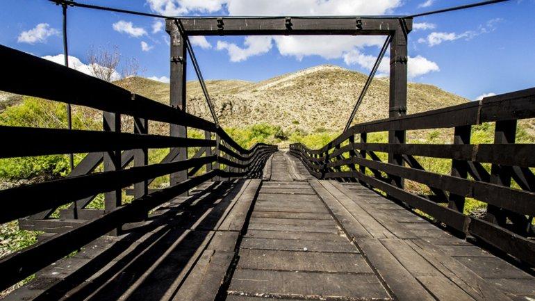 El puente construido sobre el río Chimeuín por la familia Larminat dificulta la navegación, según los vecinos.