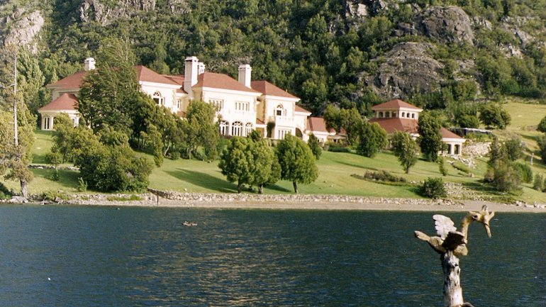 La mansión de Joel Lewis, sobre el Lago Escondido.