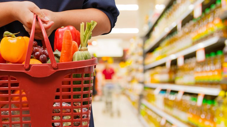 El fuerte aumento de las frutas incidió en la suba en la categoría de alimentos y bebidas.