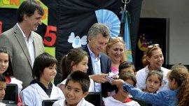 Archivo: Mauricio Macri junto a Esteban Bullrich en una escuela en Merlo