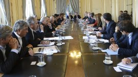 El presidente Mauricio Macri y el ministro del Interior Rogelio Frigerio en la reunión que mantuvieron el jueves con los gobernadores