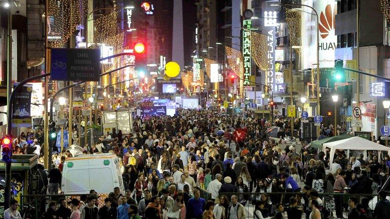 La avenida Corrientes, repleta de lectores