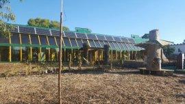 Desde la escuela se genera energía eléctrica, calefacción, agua corriente y alimentos orgánicos