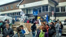 La protesta de los empleados estatales en Tierra del Fuego lleva más de dos semanas