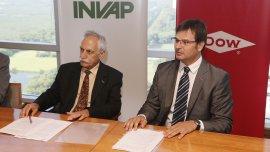 Héctor Otheguy, gerente general de INVAP, y Gastón Remy, presidente de Dow Argentina, firmaron un memorando de entendimiento