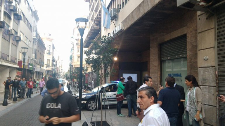 Radio Nacional fue evacuada por la Policía mientras un hombre que decía estar armado amenazaba a los periodistas