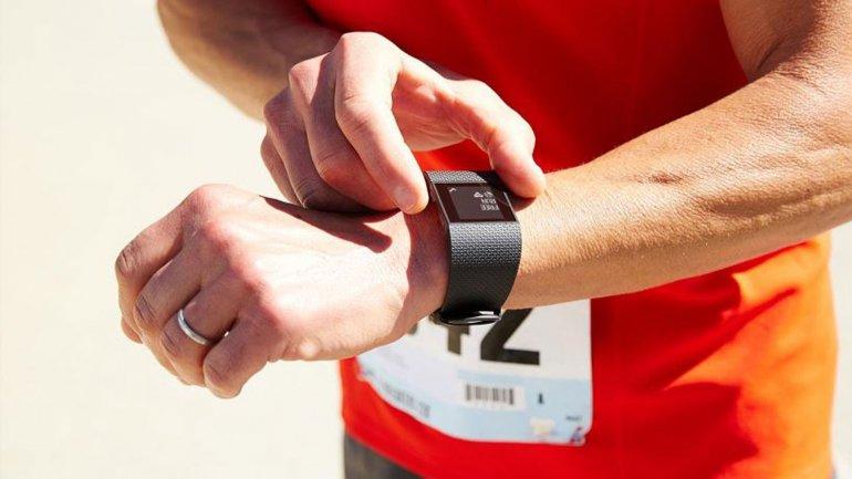 Tiene un GPS integrado que puede medir los pasos, la distancia recorrida y el pulso cardíaco
