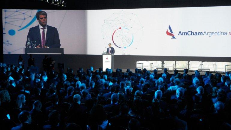 El ministro de Economía, Alfonso Prat-Gay, ante los empresarios de la Amcham.
