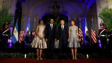 Los presidentes, de ambo oscuro y corbata. Las primeras damas, con vestido de autor a la rodilla.