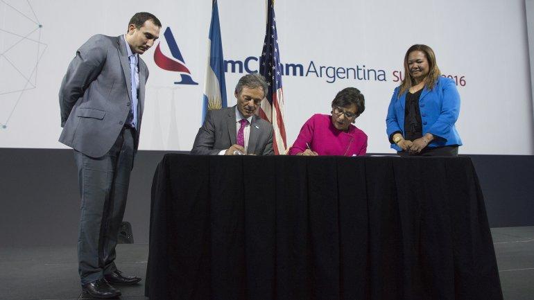 El ministro de Producción, Francisco Cabrera, firmó un acuerdo de entendimiento con Penny Pritzker, secreataria de comercio de EEUU.