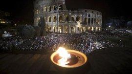 Miles de personas presenciaron el Vía Crucis en Roma