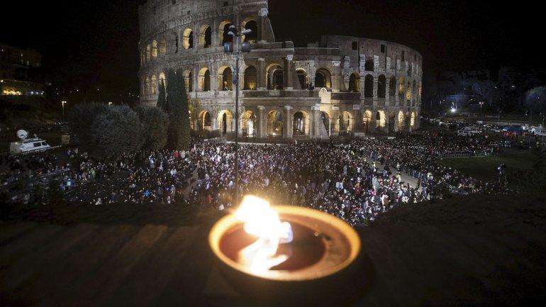 Miles de personas presenciaron el Via Crucis en Roma