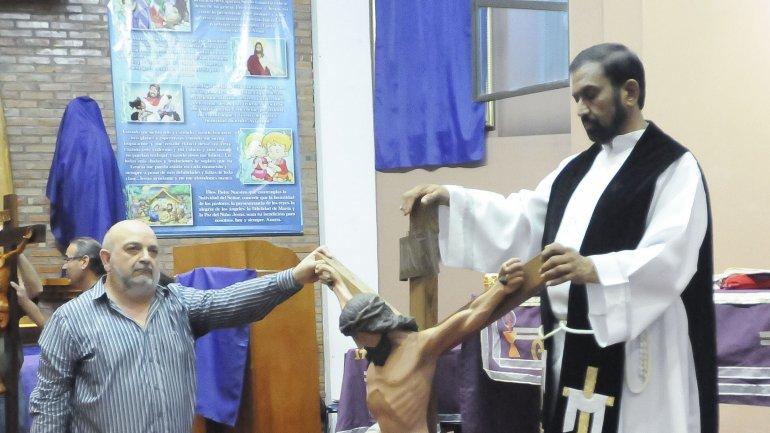 El padre Ignacio Peires atrae a miles de personas en su parroquia de Rosario