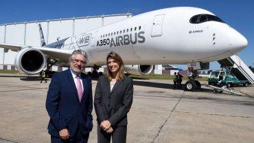 La presidente de Aerolíneas Argentinas presentando los Airbus A350 XWB