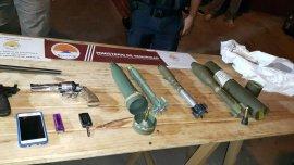 Granadas y rifles, en el arsenal militar incautado.