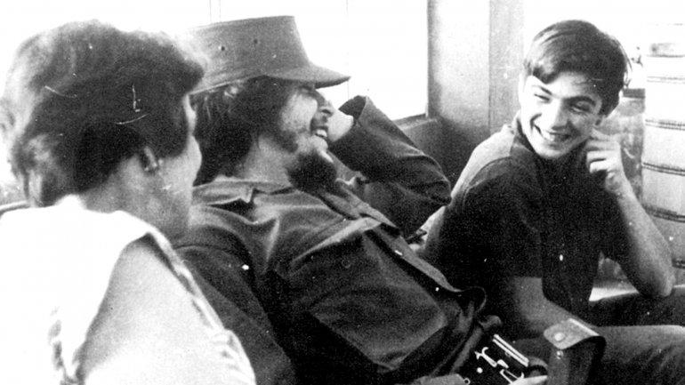 Ernesto Guevara y su hermano menor Juan Martín (derecha) en La Habana