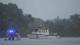 El operativo de rastrillaje continuaba hoy en las aguas del Río Luján.