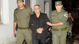 El ex secretario de Transporte Ricardo Jaime es llevado por agentes de Gendarmería luego de ser arrestado.