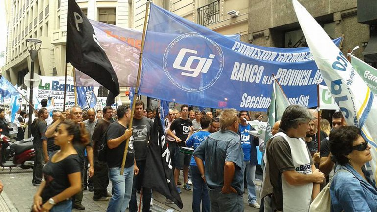 Bancarios marchando en reclamo de aumento salarial.