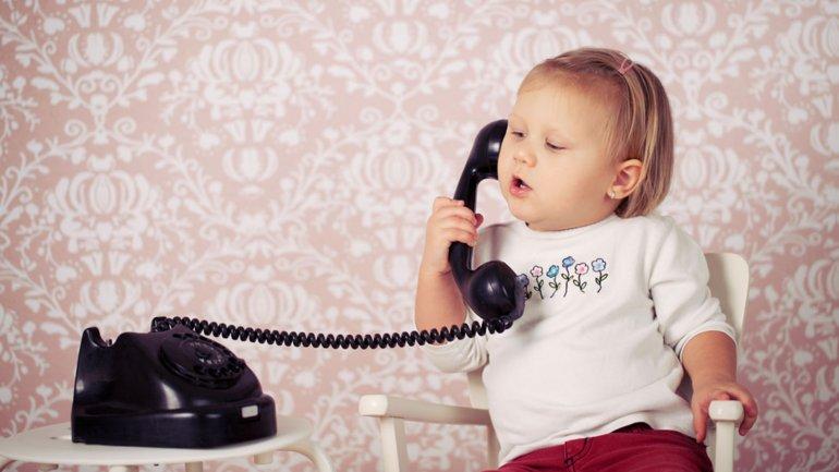 Mujeres mamando y hablando por telefono