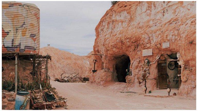 Coober Pedy está en el medio del desierto, y las temperaturas son tan elevadas que muchos recurren a dormir en cuevas.