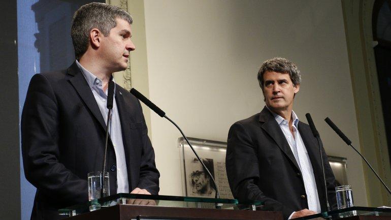 Prat-Gay y Marcos Peña, felices por el éxito de la colocación de deuda, ayer en conferencia de prensa