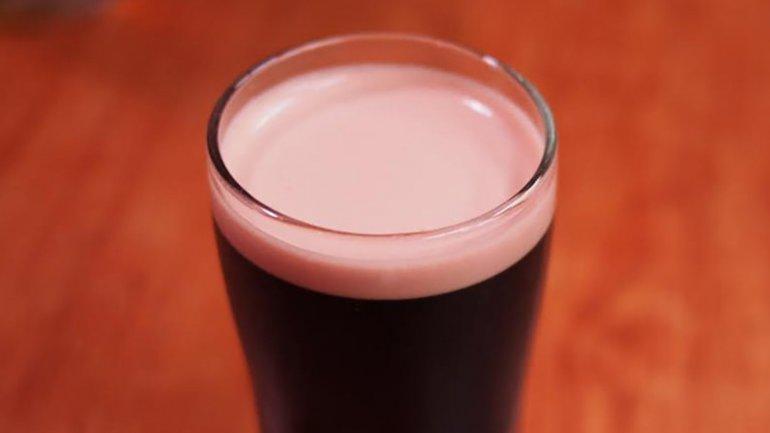 La cerveza negra con espuma rosa, a base de cochinillas