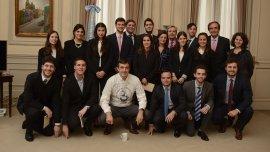 El ministro Esteban Bullrich junto a los estudiantes