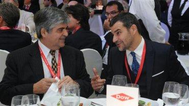 El nuevo titular de YPF Miguel Ángel Gutiérrez (izquierada) junto al ahora ex CEO y Presidente Miguel Galuccio (derecha)