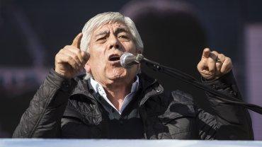 Hugo Moyano volvió a criticar al Gobierno y apuntó contra Barrionuevo