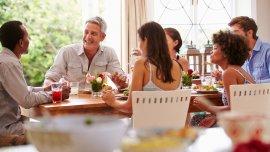 Compartir una comida con personas nativas para conocer las costumbres y hábitos del lugar.