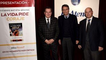 Mario Montoto, Hélio Marcos Prates Doyle y Guido Nejamkis, en la presentación del libro La vida pide coraje