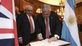 El ministro de Comercio e Inversión Mark Price (derecha) junto al presidente de la Bolsa de Comercio de Buenos Aires Adelmo Gabbi
