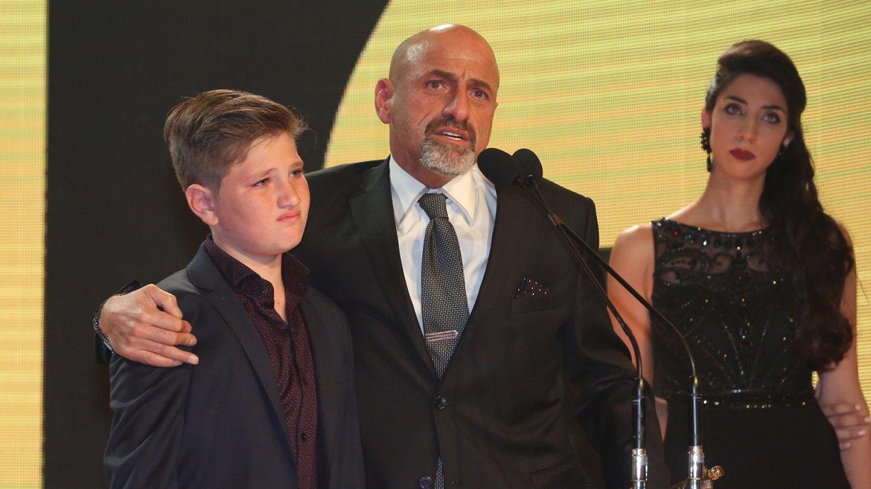 Gustavo, con su hijo Nacho, emocionado al recibir el homenaje de APTRA y de la comunidad artística de su padre, Gerardo Sofovich