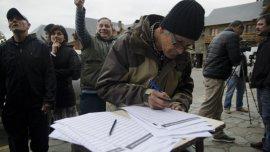 Autoconvocados, los vecinos juntaban firmas en el Centro Cívico de Barilochecontra el aumento despiadado del gas.