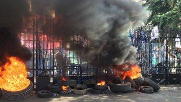 Las ruedas en llamas en la puerta de la Legislatura bonaerense