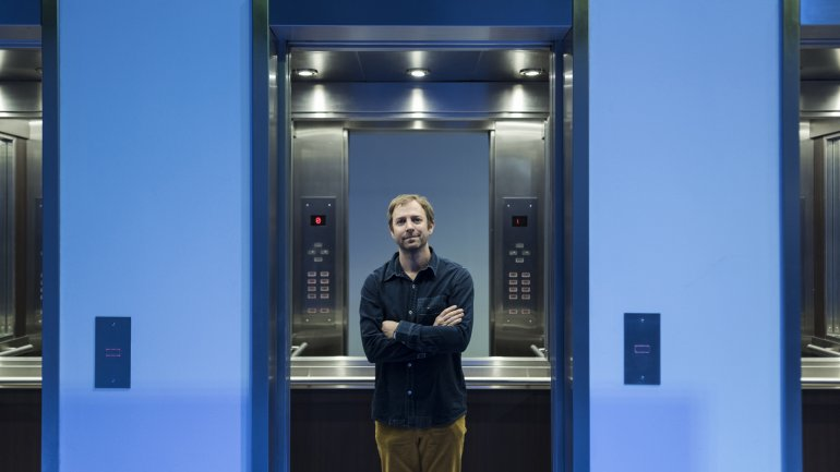 Leandro Erlich posa dentro de su obra Ascensores, que se expone por primera vez en el país.