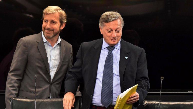 Los ministros Juan José Aranguren y Rogelio Frigerio se reunieron el lunes y anunciaron una tregua en medio de los aumentos del gas