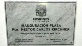 La placa que rebautizaba la Plaza San Martín y que generó el rechazo de los vecinos de El Soberbio.