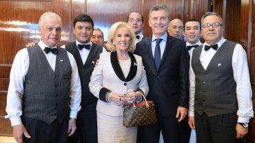 Mirtha Legrand y Mauricio Macri junto a los mozos de la Casa Rosada