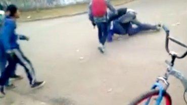 El momento en que el policía es golpeado
