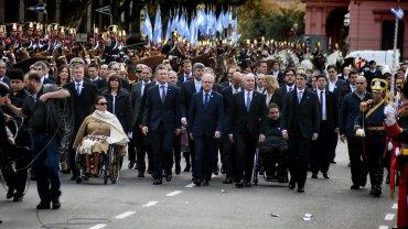 Mauricio Macri rumbo a la Catedral para participar del tedeum del 25 de Mayo