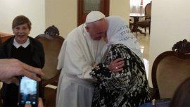El papa Francisco saluda a Hebe de Bonafini. Detrás se ve a Marta Cascales, esposa de Guillermo Moreno