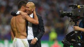 Cristiano Ronaldo, Zinedine Zidane y el gesto que lo dice todo tras coronarse campeones de la Champions League 2015/16 como jugador y entrenador del Real Madrid, respectivamente