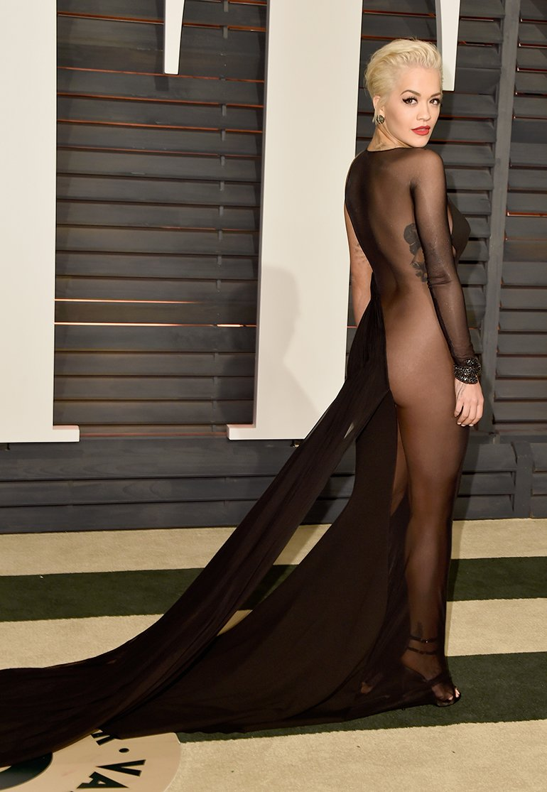 812dcebcd Rita Ora fue un poco más osada en el tercer vestido que usó en la noche (había  llegado con uno para la Alfombra Roja y cuando le tocó cantar se calzó uno  ...