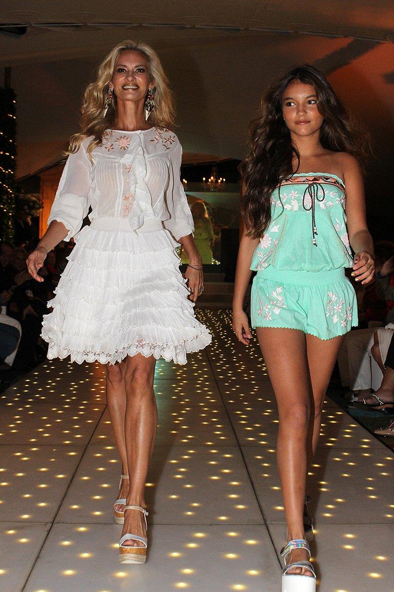 Lily Sciorra desfiló junto a su hija Abril