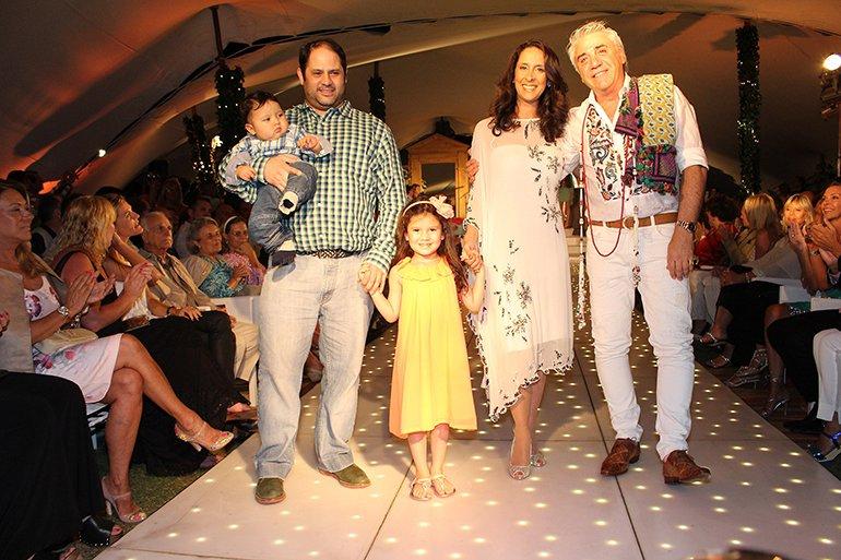 Una familia modelo sobre la pasarela: Felipe Noble Herrera junto a su esposa Vanesa y sus hijos en compañía de Di Doménico