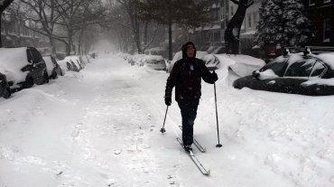 Una mujer de Brooklyn usando esquíes en la nieve