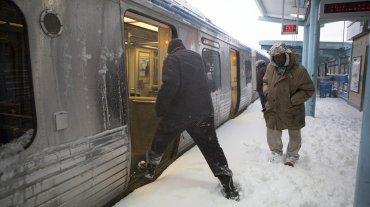La gente toma el tren elevado de una de las dos únicas líneas en funcionamiento en Filadelfia