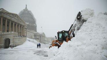 Una excavadora despeja la nieve en el frente este del Capitolio, en Washington, DC